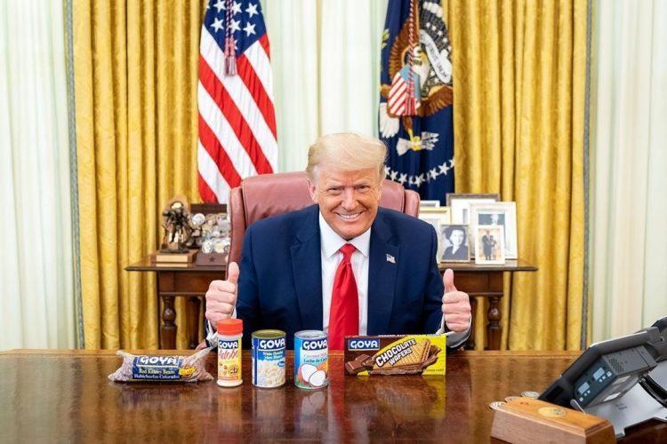 Imagen publicada en la cuenta de Instagram del presidente de los Estados Unidos, Donald Trump, @realdonaldtrump, donde aparece mientras posa en su despacho sonriente y con varios productos de la marca Goya, entre ellos los frijoles. Foto: Instagram/EFE.