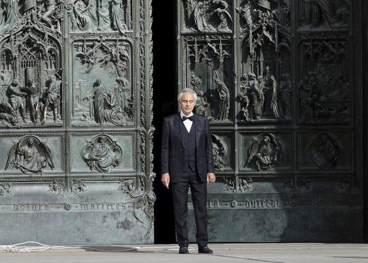 El tenor italiano Andrea Bocelli canta en el Duomo de Milán, en Italia. Foto: Luca Bruno/AP/ Archivo.