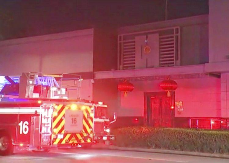 En esta imagen tomada de un video, un camión de bomberos visto en el exterior del consulado de China en Houston, el 21 de julio de 2020. Foto: KTRK vía AP.