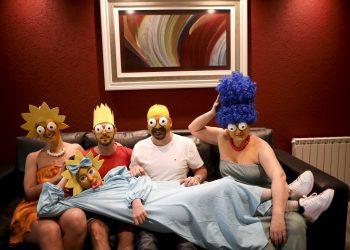 La familia Arevalo-Robledo, vestida como Los Simpson, posa para una foto en su sala de estar durante la cuarentena ordenada por el gobierno para frenar la propagación del nuevo coronavirus; en Buenos Aires, el sábado 27 de junio de 2020. Foto: Natacha Pisarenko/AP