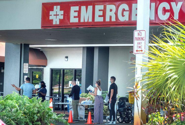 Personas esperan afuera del Hospital Hialeah, en Florida. EFE/CRISTOBAL HERRERA-ULASHKEVICH
