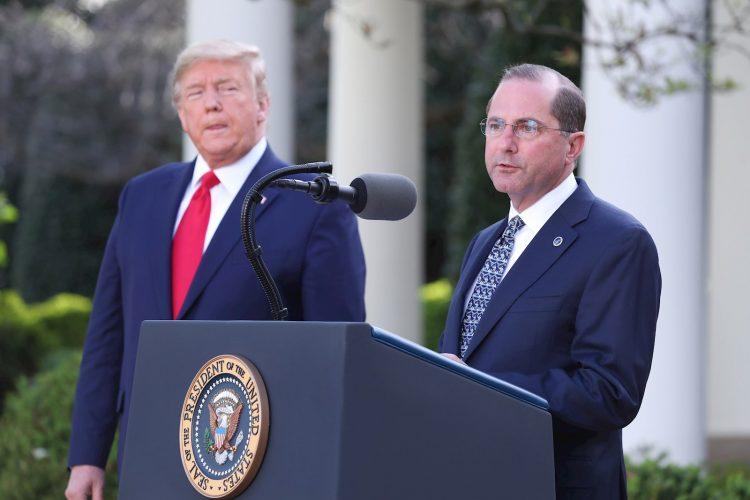 En la imagen, el secretario de Salud de Estados Unidos, Alex Azar (d), junto al presidente estadounidense, Donald J. Trump (i). Foto: Michael Reynolds / EFE / Archivo