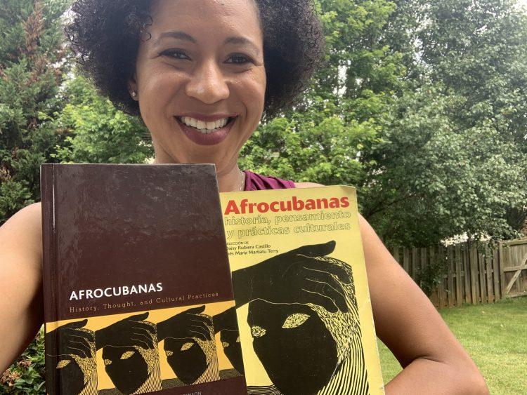 """Devyn Spence Benson con ambas ediciones del libro """"Afrocubanas"""". Fotos: cortesía de la autora."""