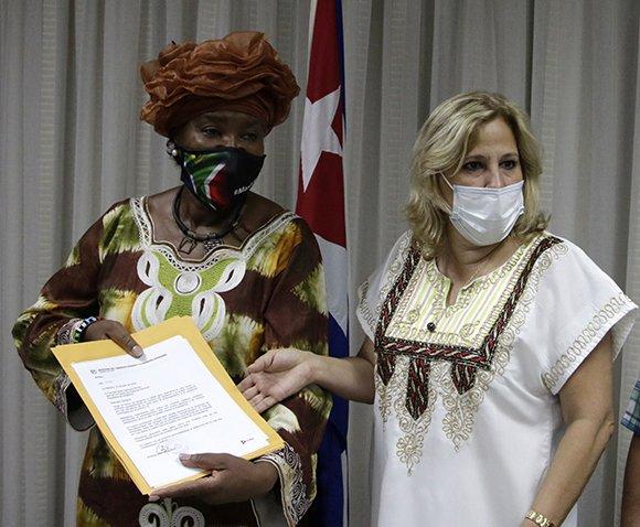 Ana Teresita González (D), viceministra primera del Mincex, y Thaninga Pandit (I), embajadora de la República de Sudáfrica en Cuba, durante la entrega de una donación sudafricana a la Isla para la lucha contra el coronavirus. Foto: Abel Padrón Padilla/Cubadebate.