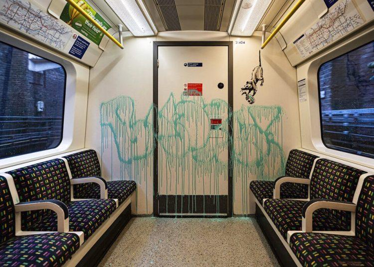 En esta imagen sin fecha emitida el martes 14 de julio del 2020 por JBPR, una obra de Banksy en un vagón del metro de Londres. Foto: @banksy vía AP.
