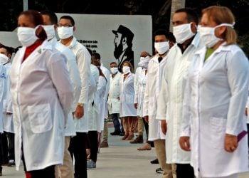 Médicos participan en un acto de despedida de su grupo, momentos antes de salir para el aeropuerto internacional José Martí, el pasado 25 de abril en La Habana. Foto: Ernesto Mastrascusa/EFE/ Archivo.
