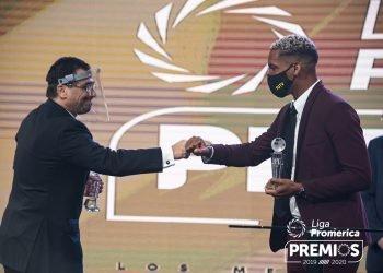 Marcel Hernández (derecha) recibió el premio de mejor jugador extranjero del fútbol costarricense. Foto: Tomada de UNAFUT.