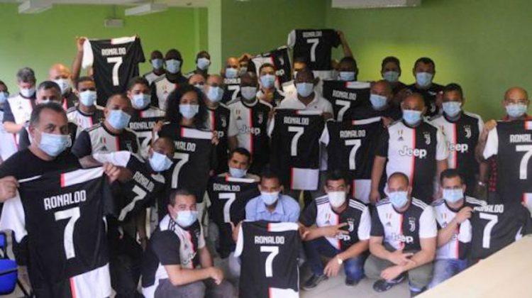 Sanitarios cubanos exhiben las camisetas de Cristiano Ronaldo firmadas por el crack del fútbol. Foto: Prensa Latina.
