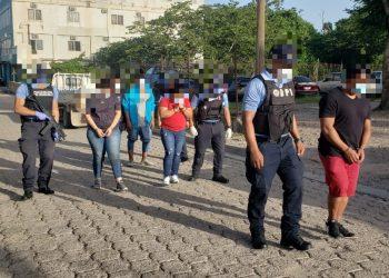 En el operativo, las autoridades también capturaron a cinco hondureños, supuestos miembros de una banda dedicada al delito de tráfico de personas, según un informe del organismo de seguridad. Foto: twitter.com/PoliciaHonduras