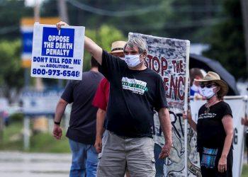 Personas protestan en Indiana por la reanudación de las ejecuciones federales. Foto: TANNEN MAURY/ EFE/EPA