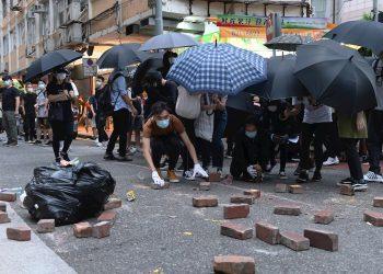 Los manifestantes salieron a las calles hoy, aniversario del traspaso de Hong Kong del dominio británico al chino. Según la fuerza policial de Hong Kong, se han realizado más de 70 detenciones. Foto: MIGUEL CANDELA/EFE/EPA