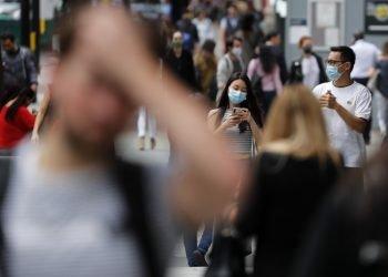 Gente con mascarillas pasando por la calle Oxford en Londres, el martes 14 de julio de 2020. Foto: Frank Augstein/AP.