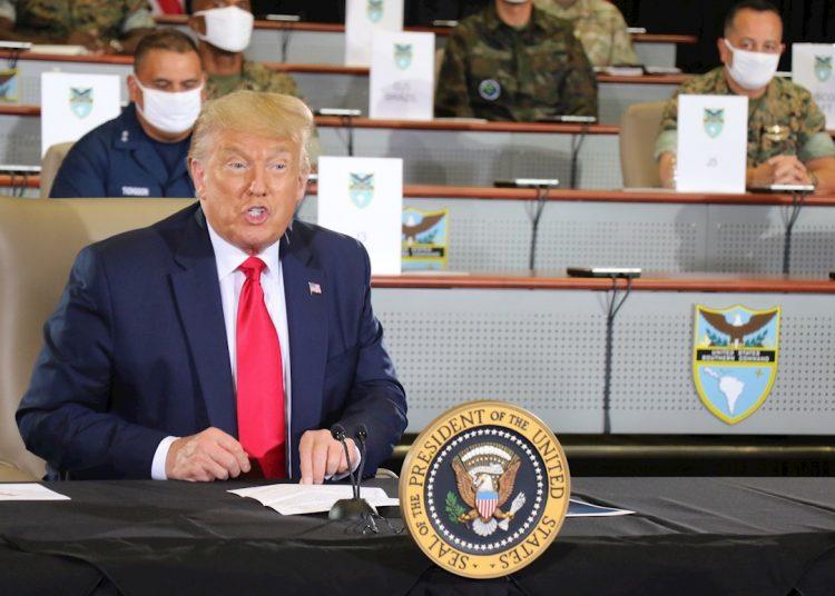 """El presidente Donald J. Trump habla con miembros del Comando Sur de las Fuerzas Armadas de Estados Unidos este viernes, en Doral, Florida. Trump prometió """"no defraudar"""" a los opositores venezolanos y cubanos que le pidieron que incremente sus acciones en favor de la libertad de Cuba, Venezuela y Nicaragua y evite que Estados Unidos caiga en el """"socialismo"""". Foto: Michael C. Dougherty/Comando Surde EEUU/EFE."""