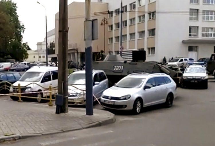 Una calle cortada por un vehículo blindado y un auto policial, a la derecha, después de que un hombre armado tomara como rehenes a unas 20 personas en la ciudad ucraniana de Lutsk, unos 400 kilómetros al oeste de Kiev, el martes 21 de julio de 2020. Foto: AP.