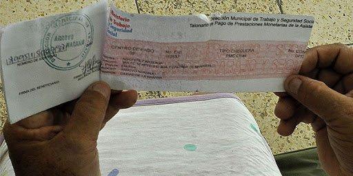 La chequera, el conocido documento para el cobro de las pensiones de jubilación y seguridad social en Cuba, desaparecerá a partir de agosto. Foto: Bohemia / Archivo.