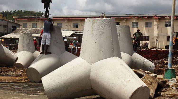 Tetrápodos o yaquis de concreto emplazados como obra de protección costera en el malecón de Baracoa. Foto: Agencia Cubana de Noticias.