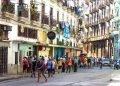 Ante el incremento sostenido del número de casos confirmados y sospechosos de COVID-19, la capital cubana volvió esta semana a la etapa de transmisión autóctona limitada con la consecuente limitación de la movilidad y el cierre de zonas de alto riesgo. Foto: Otmaro Rodríguez.