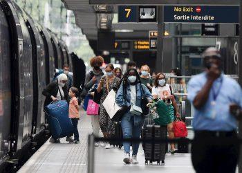 Viajeros europeos durante el rebrote de la COVID-19 en el Viejo Continente. Foto: Andy Rain / EFE.