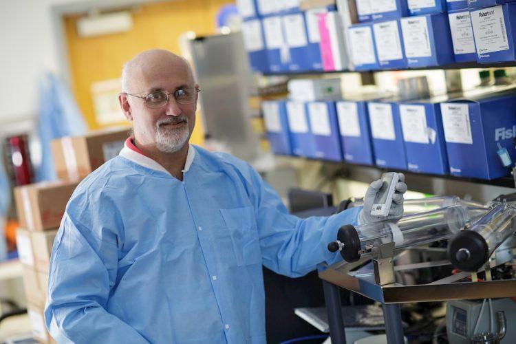 Fotografía cedida por la Universidad de Florida (UF) donde aparece el virólogo John Lednicky, quien lideró una investigación científica del establecimiento académico sobre el SARS-CoV-2. Foto: Mindy C. Miller/UF/EFE.