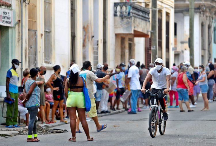 Personas esperan su turno para comprar en un mercado en La Habana, tras la vuelta de la ciudad a la fase epidémica por la COVID-19. Foto: Yander Zamora / EFE.