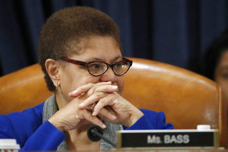 ARCHIVO - En esta fotografía del 12 de diciembre de 2019, la representante Karen Bass escucha durante una sesión en el Capitolio, en Washington. (AP Foto/Alex Brandon, Archivo)
