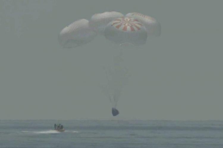 La cápsula de SpaceX al momento de caer el domingo 2 de agosto del 2020 sobre el Golfo de México. (Foto facilitada por NASA TV, vía AP)