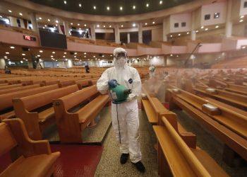 Un funcionario desinfecta una iglesia como medida de precaución contra el coronavirus, en la iglesia Yoido Full Gospel, en Seúl, Corea del Sur, el 21 de agosto de 2020. (AP Foto/Ahn Young-joon)