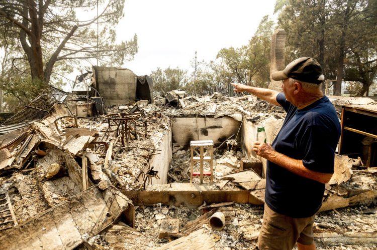 Hank Hanson, de 81 años, gesticula hacia la que era la cocina de su casa, arrasada por las llamas de uno de los incendios de LNU Lightning Complex, en Vacaville, California, el 21 de agosto de 2020. (AP Foto/Noah Berger)