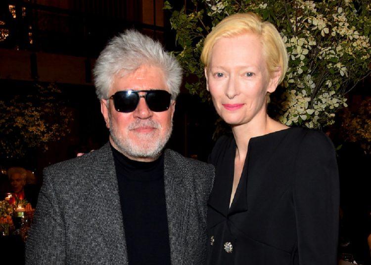 El director de cine Pedro Almodóvar y la actriz escocesa Tilda Swinton, en abril de este año. Foto: Getty, vía revistavanityfair.es