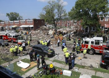 Rescatistas trabajan cerca de los escombros tras una explosión en Baltimore, el lunes 10 de agosto de 2020. Foto: AP/Julio Cortez.