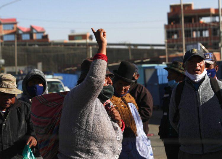 Manifestantes con tapabocas para evitar los contagios del coronavirus protestan por el aplazamiento de las próximas elecciones presidenciales en El Alto, Bolivia, el miércoles 5 de agosto de 2020. Foto: Juan Karita/ AP.
