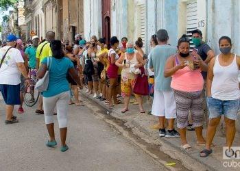 Personas en una cola en La Habana, durante la pandemia de coronavirus. Foto: Otmaro Rodríguez / Archivo.