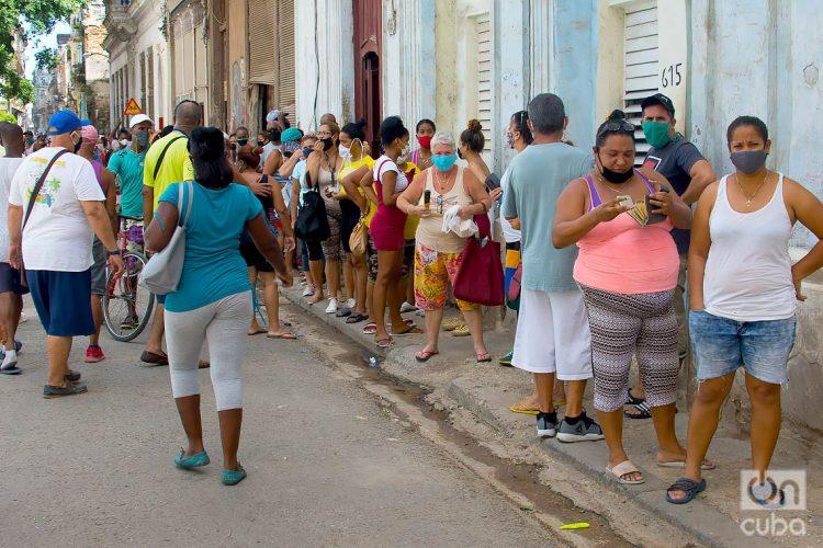 Personas en una cola en La Habana, durante el rebrote de coronavirus. Foto: Otmaro Rodríguez.