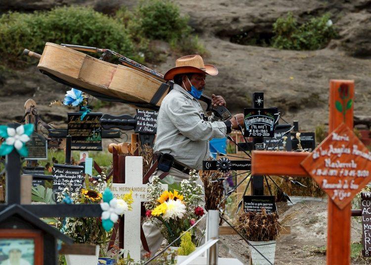 Un músico en el Panteón Municipal de Chalco, en México. Foto: EFE/José Méndez.