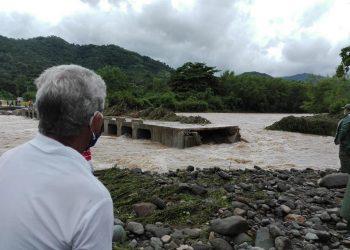 Derrumbe del puente Yao Nave producto de la crecida del río. Foto: CNC TV Granma/Facebook.