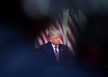 El presidente Donald Trump escucha durante un evento en la Casa Blanca, en esta fotografía del miércoles 12 de agosto de 2020, en Washington. Foto: AP/Andrew Harnik.