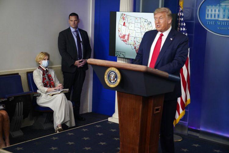 La coordinadora de la comisión de la Casa Blanca para el coronavirus, doctora Deborah Birx, escucha al presidente Donald Trump en conferencia de prensa en la Casa Blanca, Washington, 23 de julio de 2020. Foto: AP/Evan Vucci.