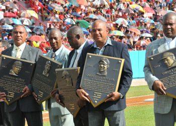 Braudilio Vinent (al centro) recibió en 2014 su placa como miembro del Salón de la Fama del béisbol cubano. Foto: Ricardo López Hevia.