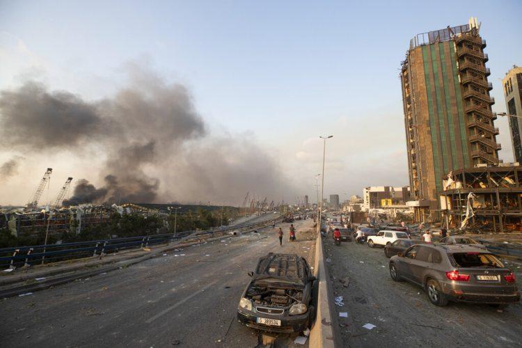 Panorama en una avenida de Beirut, Líbano, después de una enorme explosión en el centro de la ciudad, el martes 4 de agosto de 2020. Foto: AP/Hassan Ammar.