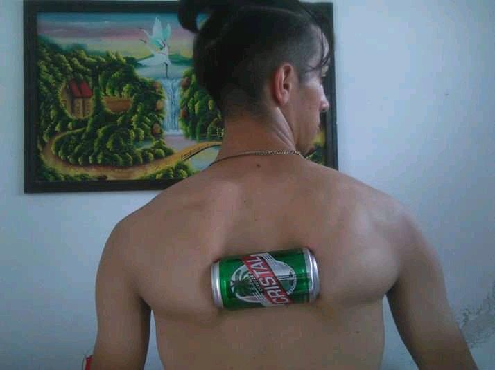 El joven cubano Christian Manuel Castellano, quien rompió el Récord Guinness de aplastar latas de cerveza con su espalda. Foto: Perfil de Facebook del recordista.