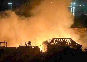 Imagen de un incendio en Santiago de Cuba ocurrido esta madrugada. Foto: Yasielito Aguirre/Facebook.