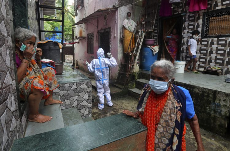 Un empleado de salud invita a las personas a realizarse una prueba para el coronavirus, en Dharavi, Mumbai, India. Foto/Rafiq Maqbool/Ap/Archivo.