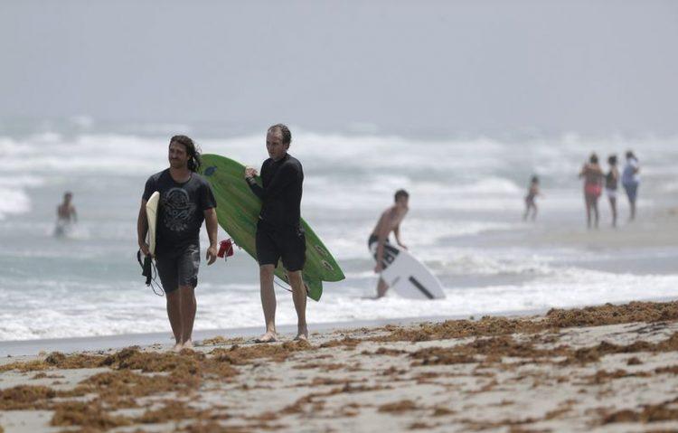 Pese al huracán Isaías y la prohibición, la gente decidió acudir a las playas en Hollywood, Florida. Foto: Wilfredo Lee/AP.