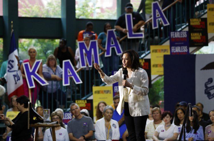 La entonces precandidata presidencial demócrata y senadora por California, Kamala Harris, habla durante un acto  en Davenport, Iowa. Foto: John Locher/AP.