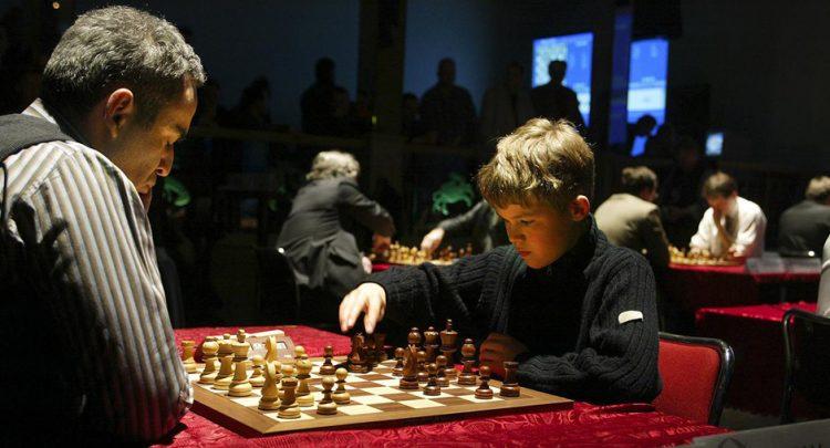 Con sólo 13 años de edad, Magnus Carlsen enfrentó a Garry Kasparov en 2004. Foto: maturetimes.co.uk