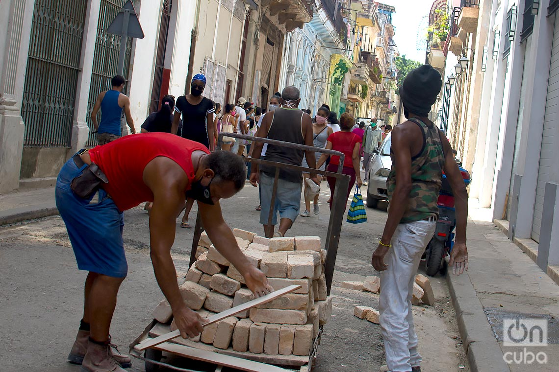 Transportando ladrillos, durante el rebrote de Covid-19 en La Habana. Foto: Otmaro Rodríguez.