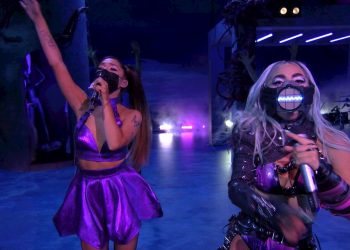 Lady Gaga(d) y Ariana Grande(i) mientras se presentan durante la ceremonia de entrega de los MTV Video Music Awards (VMA) 2020, en Nueva York. Foto: MTV/ EFE.