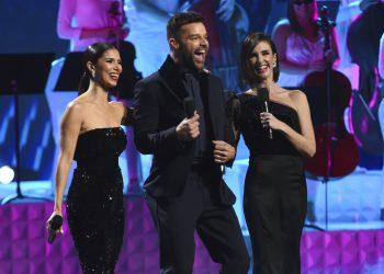 Los anfitriones Roselyn Sánchez, Ricky Martin y Paz Vega, de izquierda a derecha, durante la 20ma entrega anual del Grammy Latino el 14 de noviembre de 2019 en Las Vegas. La próxima ceremonia será el 19 de noviembre del 2020 en Miami. Foto: Chris Pizzello/AP/ Archivo.