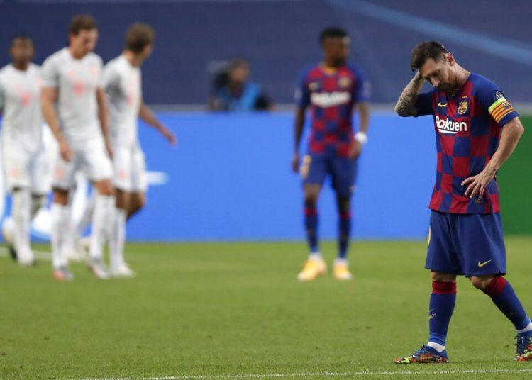 El delantero argentino Lionel Messi del Barcelona luce cabizbajo durante el partido contra el Bayern Múnich por los cuartos de final de la Liga de Campeones. El Barcelona perdió 8-2. Foto: AP/Manu Fernández/Pool.