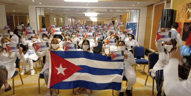 Acto de despedida de los médicos cubanos que trabajaron en Kuwait. Foto: minrex.gob.cu